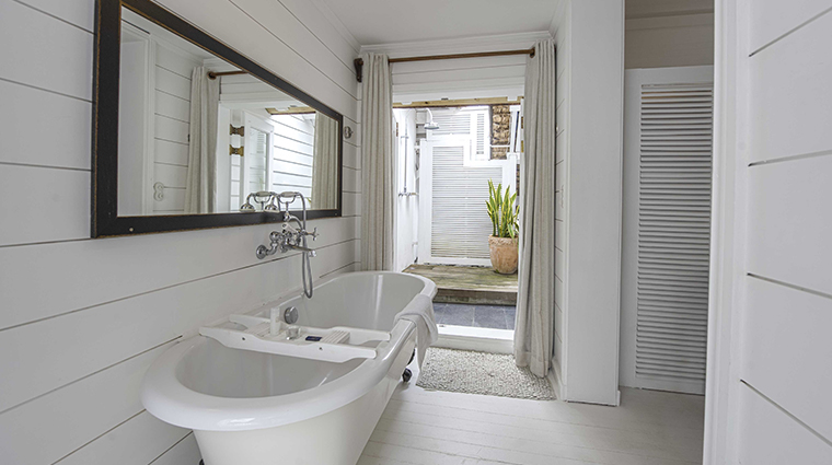 20 degres sud beachfront bathroom