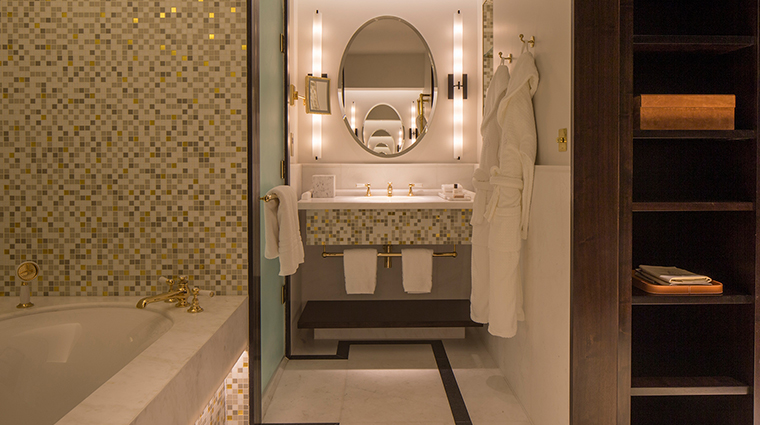 Four Seasons Hotel London at Ten Trinity Square bathroom