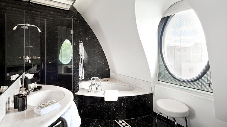 Property COMOTheHalkinLondon Hotel GuestroomSuite BelgraviaSuiteBathroom TheCOMOGroup