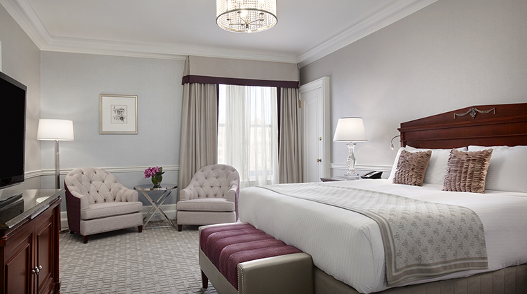 Property FairmontCopleyPlaza Hotel GeustroomSuite SignatureSuiteBedroom FairmontRafflesHotelsInternationalInc