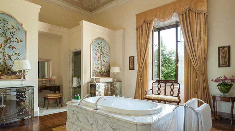 Property FourSeasonsHotelFirenze Hotel GuestroomSuite RenaissanceSuiteBathroom FourSeasonsHotelsLimited
