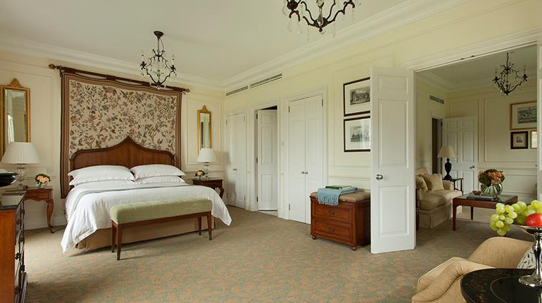Property FourSeasonsHotelHampshire Hotel GuestroomSuite BelvedereSuiteBedroom FourSeasonHotelsLimited