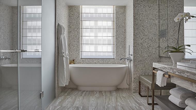 Property FourSeasonsHotelNewYorkDowntown Hotel GuestroomSuite HudsonSuiteBathroom FourSeasonsHotelsLimited