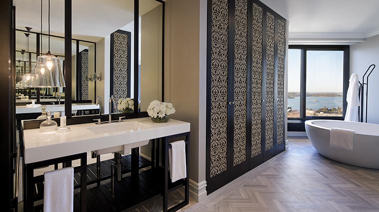 Property FourSeasonsHotelSydney Hotel GuestroomSuite RoyalSuiteBathroom FourSeasonsHotelsLimited