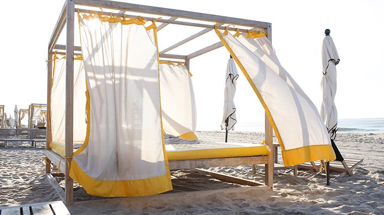 Property GurneysMontaukResort Hotel PublicSpaces BeachClubDaybed GurneysMontaukResort&SeawaterSpa