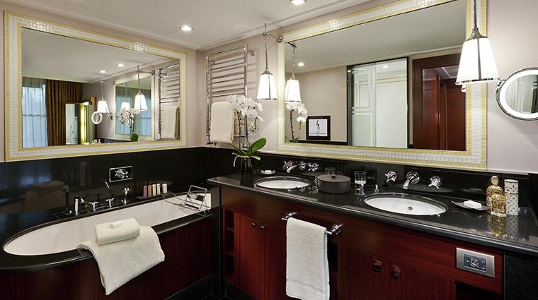 Property HotelBarriareLeFouquets Hotel GuestroomSuite DeluxeJuniorSuiteBathroom LucienBarriere