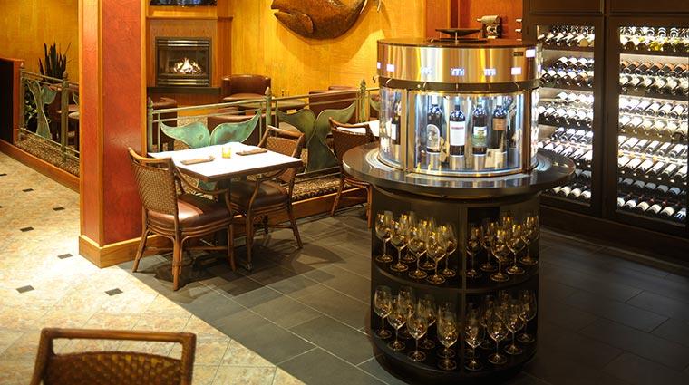Property HotelCaptainCook Hotel BarLounge WhalesTaleBistroandWineBar CreditHotelCaptainCook