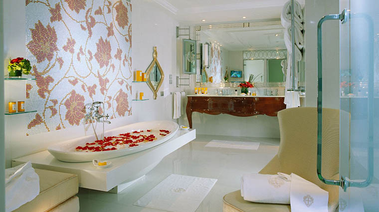 Property HotelPrincipediSavoia Hotel GuestroomSuite ImperialSuiteBathroom DorchesterCollection