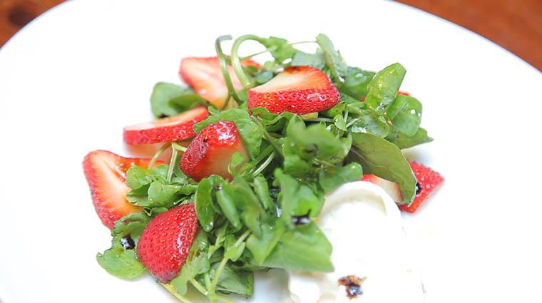 Property KanuDiningRoom Restaurant Dining StrawberrySalad TheWhitefaceLodge
