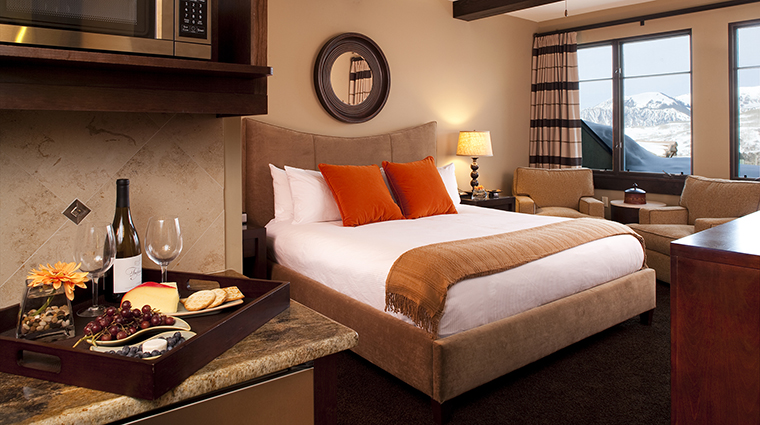 Property LumiereTelluride 2 Hotel GuestroomSuite DeluxeKingGuestroom Bedroom CreditLumiereTelluride