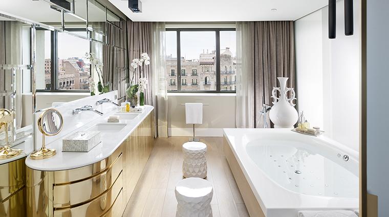Property MandarinOrientalBarcelona Hotel GuestroomSuite PenthouseMasterBedroomBathroom MandarinOrientalHotelGroup