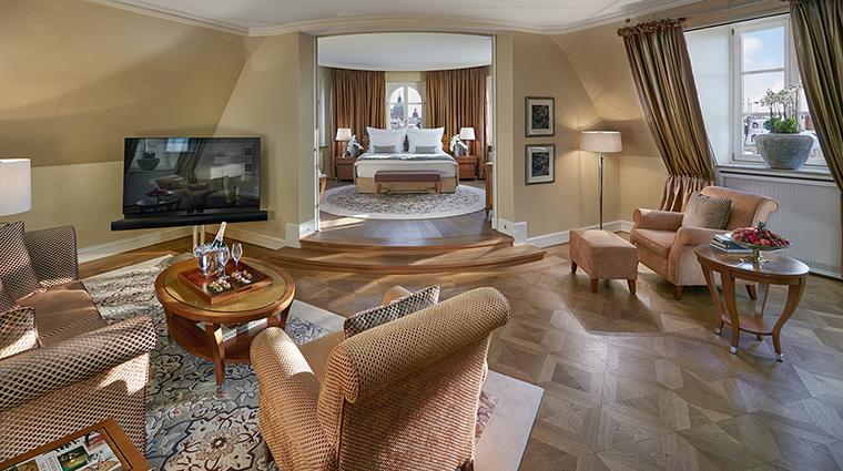 Property MandarinOrientalMunich Hotel GuestroomSuite CornerSuiteLivingRoom MandarinOrientalHotelGroup