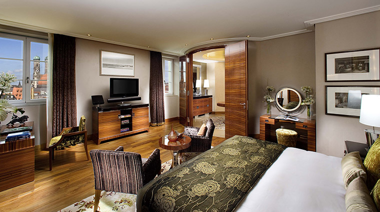Property MandarinOrientalMunich Hotel GuestroomSuite PresidentialSuiteBedroom MandarinOrientalHotelGroup