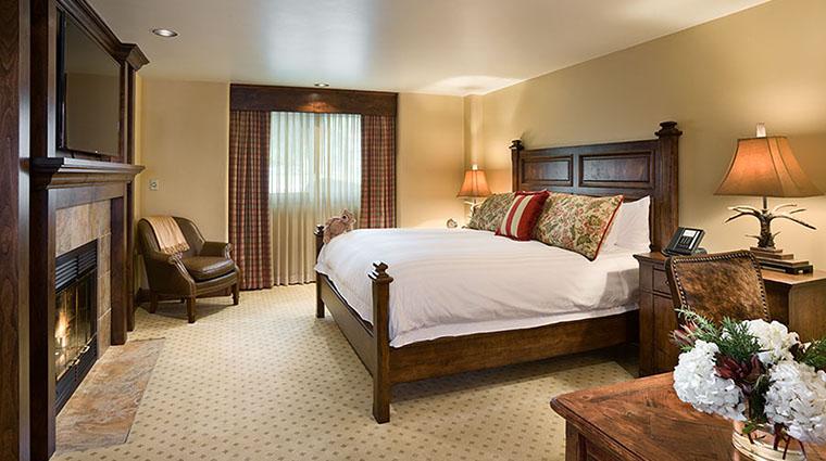 Property RustyParrotLodge Hotel GuestroomSuite DelueKingRoomwithFireplace2 RustyParrot