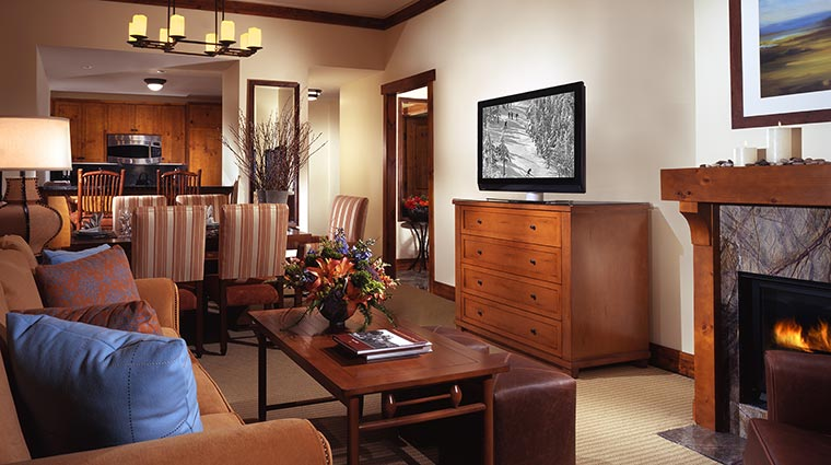 Property StoweMountainLodge Hotel GuestroomSuite SuiteLivingRoom CreditStoweMountainLodge