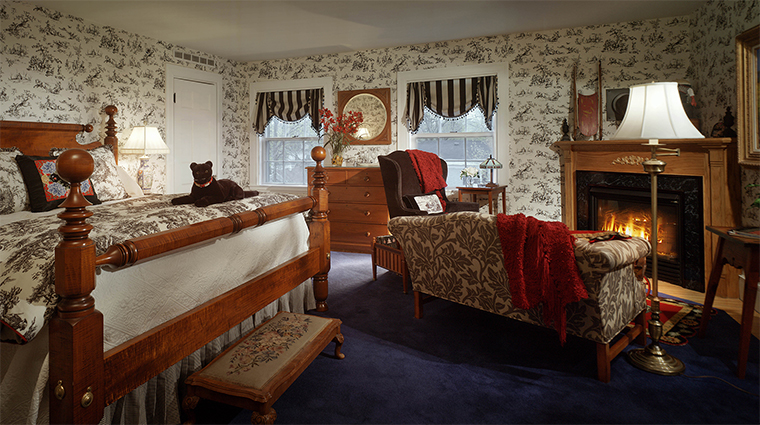 Property TheCaptainLordMansion Hotel 2 GuestroomSuite AmericanaSuite BedroomwithFireplace CreditCaptainLordMansionInnandSpa