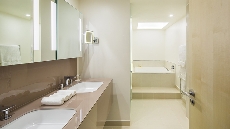 Property TheMetropolitanbyCOMOLondon Hotel GuestroomSuite JuniorCitySuiteBathroom TheCOMOGroup