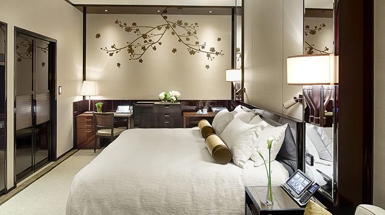 Property ThePeninsulaHongKong Hotel GuestroomSuite DeluxeCourtyardRoom Bedrooom CreditThePeninsulaHongKong VFMLeonardoInc