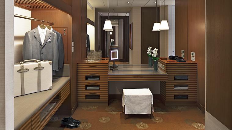 Property ThePeninsulaTokyo Hotel GuestroomSuite DeluxeRoomDressingRoom2 ThePeninsulaHotels