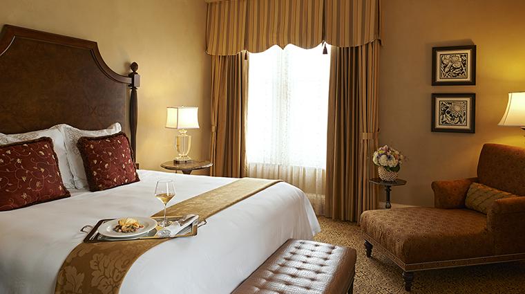 Property TheRooseveltNewOrleans Hotel GuestroomSuite LuxurySuiteBedroom HiltonWorldwide