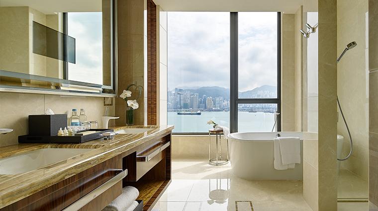 Property TheRoyalGardenHongKong Hotel GuestroomSuite SkyTowerHarbourSuiteBathroom TheRoyalGarden