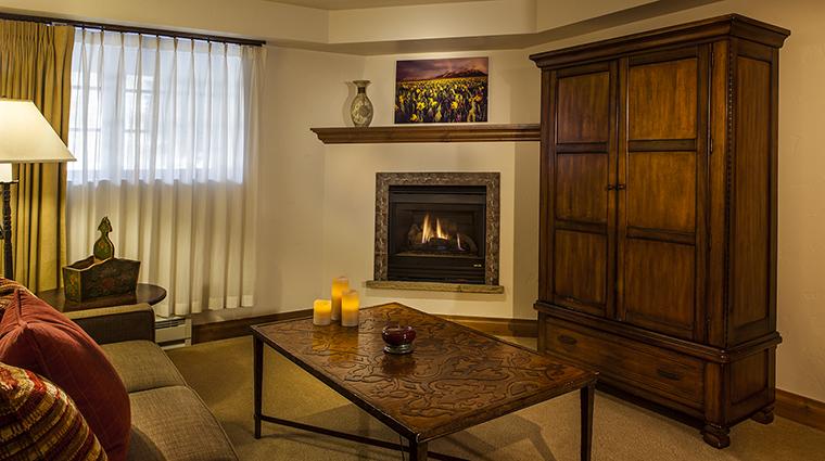 Property VailMountainLodge Hotel GuestroomSuite FamilySuiteLivingRoom VailMountainLodgeandSpa