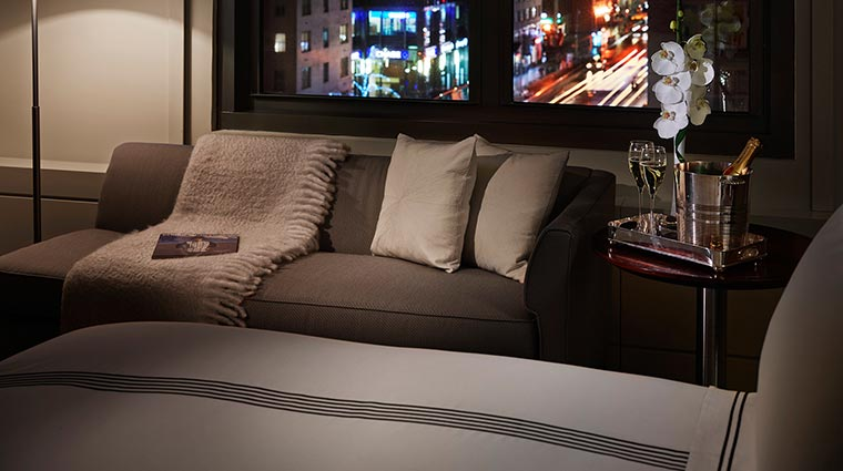 Property theQuin Hotel GuestroomSuites CornerKingCloseUpCityView CredittheQuin