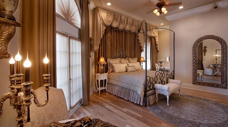 PropertyImage DriskillHotel 7 Hotel GuestroomsSuites RenaissanceBridalSuite CreditDriskill