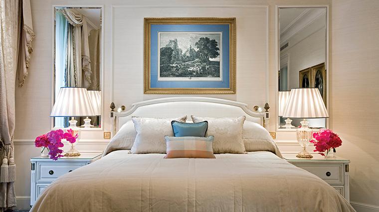 PropertyImage FourSeasonsHotelGeorgeV 8 Hotel GuestroomsSuites SuperiorRoom LivingRoom CreditFourSeasons