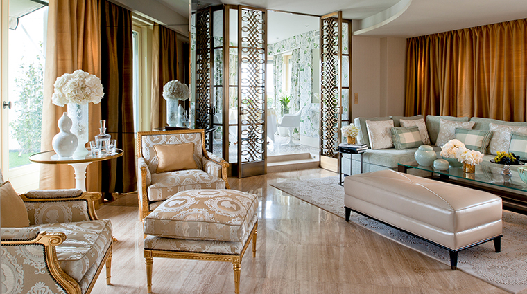 PropertyImage FourSeasonsHotelGeorgeV 9 Hotel GuestroomsSuites ThePenthouse LivingRoom CreditFourSeasons