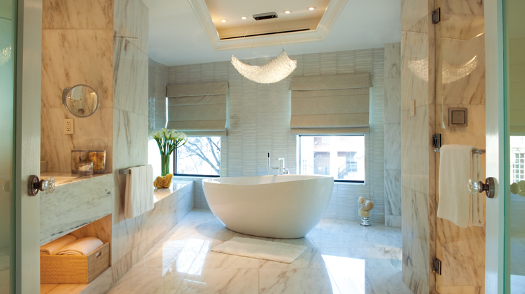 PropertyImage FourSeasonsWashingtonDC Hotel GuestroomSuite RoyalSuite Bathroom CreditFourSeasons