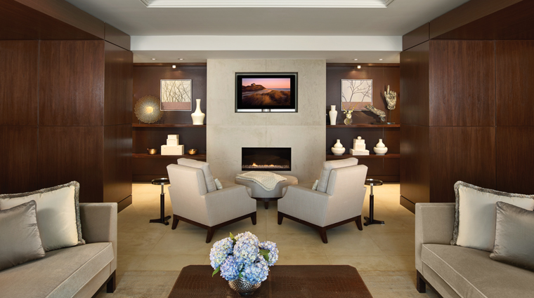 PropertyImage FourSeasonsWashingtonDC Hotel GuestroomSuite RoyalSuite FireplaceSeating CreditFourSeasons