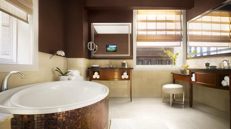 PropertyImage JWMarriottChicago 12 Hotel GuestroomSuite LuxurySuite Bathroom CreditMarriottInternationalInc