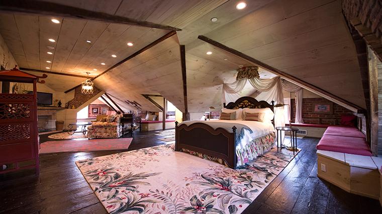 PropertyImage JedediahHawkinsInn 3 Hotel GuestroomSuites BelvedereSuite CreditJedediahHawkinsInn