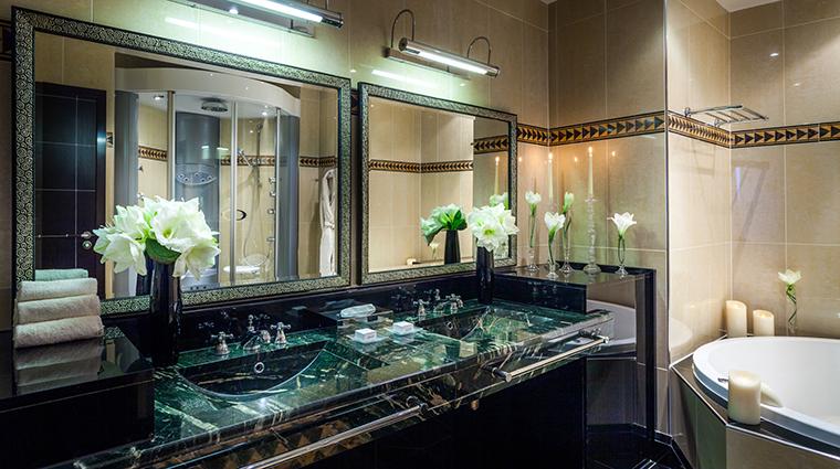 PropertyImage LHotelduCollectionneur 12 Hotel GuestroomsSuites SalledeBainSuitePresidentielle CreditLHotelduCollectionneur