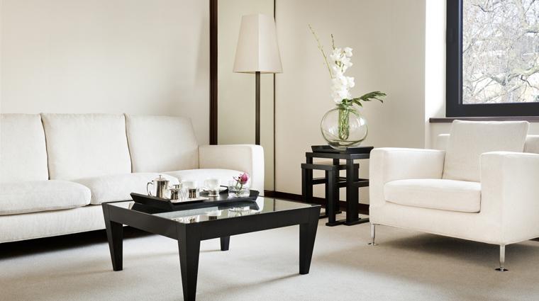 PropertyImage TheHalkin 5 GuestroomSuite BelgraviaSuite LivingRoom CreditTheCOMOGroup