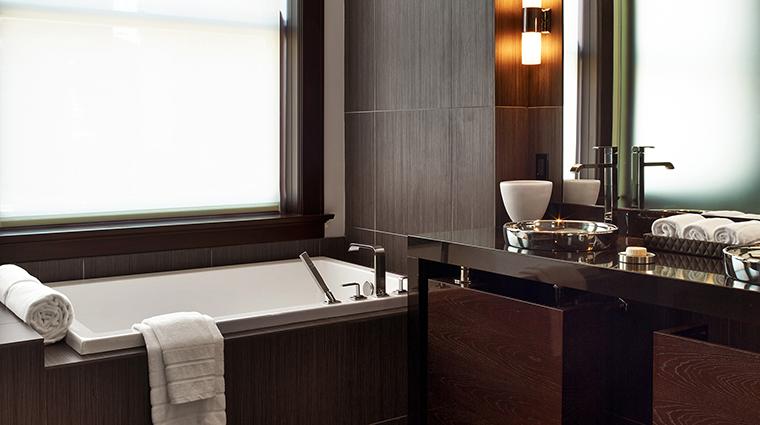 PropertyImage TheJoule 5 Hotel GuestroomSuites DeluxeSuiteBathroomofEastTower CreditEricLaignel