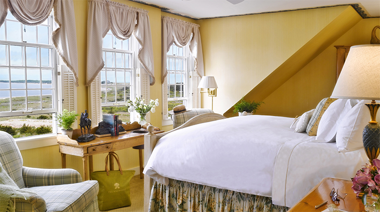 PropertyImage TheWauwinet 3 Hotel Guestroom BayviewBedroom CreditNantucketIslandResorts