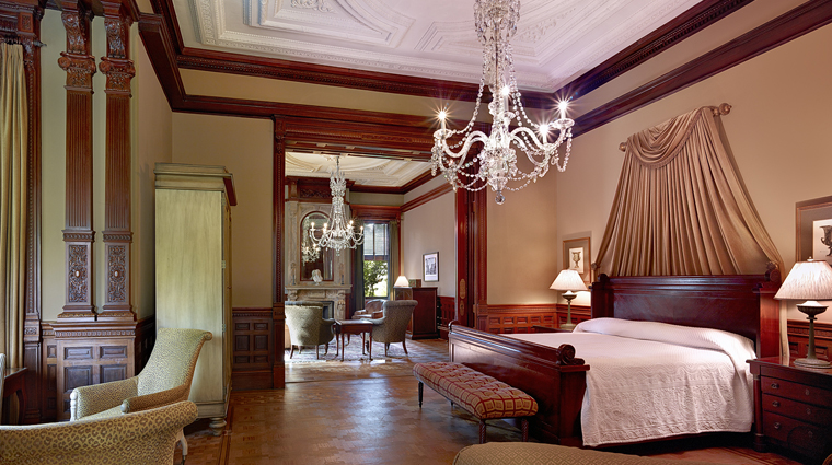 PropertyImage WentworthMansion 1 Hotel GuestroomSuite GrandMansionSuite Bedroom CreditCharmingInns