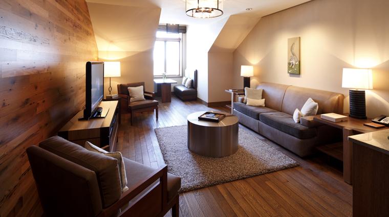 PropertyImageTheLodgeandCottagesatPrimland RaleighDurham Hotel GuestroomSuite BlueRidgeSuite LivingRoom CreditPrimland
