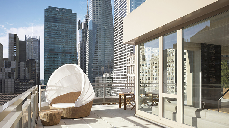 PropertyImage Andaz5thAvenue Hotel GuestroomSuite ExtraLargeTerraceSuite Balcony CreditHyattCorporation