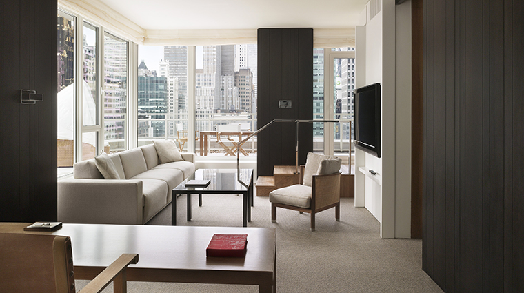PropertyImage Andaz5thAvenue Hotel GuestroomSuite ExtraLargeTerraceSuite LivingRoomWithCityView CreditHyattCorporation