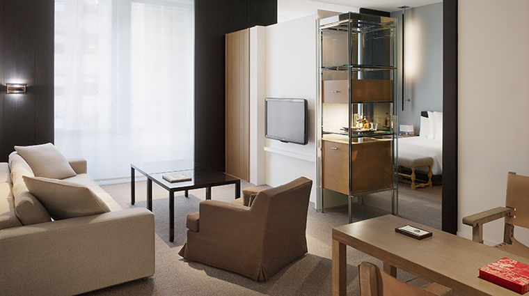 PropertyImage Andaz5thAvenue Hotel GuestroomSuite LargeLoftSuite LivingRoom CreditHyattCorporation