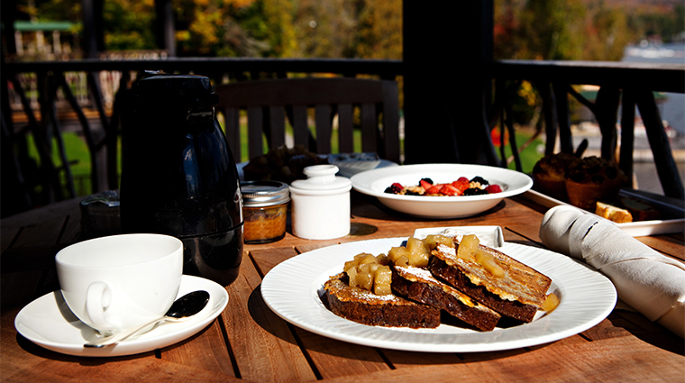 PropertyImage ArtisansatLakePlacidLodge Restaurant Style BreakfastOnTheDeck CreditLakePlacidLodge
