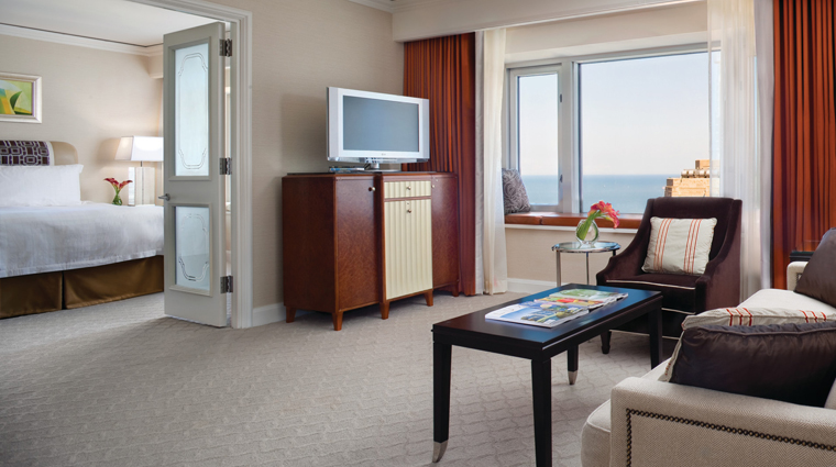 PropertyImage FourSeasonsHotelChicago Chicago Hotel GuestroomSuite ExecutiveSte CreditFourSeasons