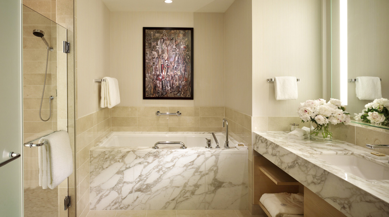 PropertyImage FourSeasonsHotelSeattle Hotel GuestroomSuite GuestBathroom CreditFourSeasons