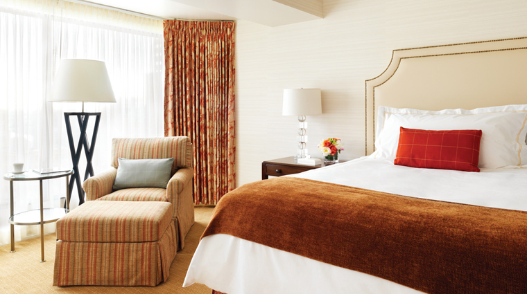 PropertyImage FourSeasonsHotelVancouver Vancouver Hotel Guestroom DeluxeRoom Bed CreditFourSeasonsHotelsAndResorts