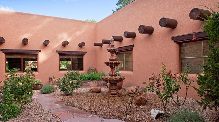 PropertyImage GatewayCanyonsResort Hotel GuestroomsandSuites KayentaLodge Courtyard CreditNobleHouseHotelsandResorts