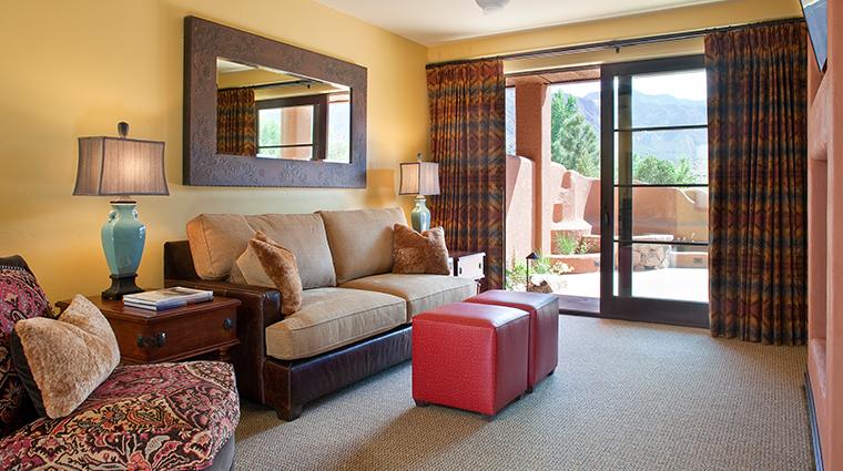 PropertyImage GatewayCanyonsResort Hotel GuestroomsandSuites KayentaLodge SignatureRoomLivingRoom CreditNobleHouseHotelsandResorts