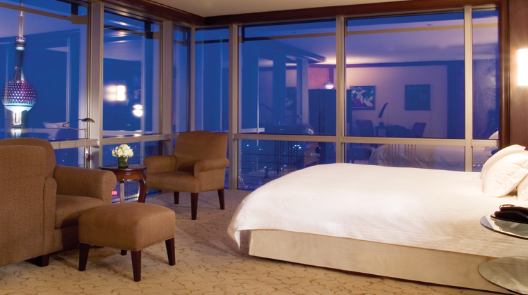 PropertyImage GrandHyattShanghai Shanghai Hotel GuestroomSuite ClubDeluxeRiverViewKing Bed CreditHyattCorporation